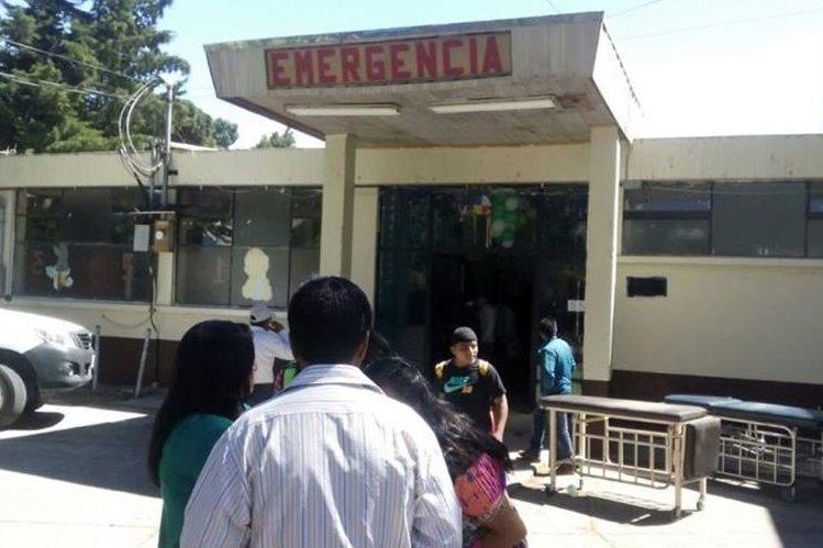 Hospital Nacional de Sololá a donde fueron trasladados los tres heridos en Santa Lucía Utatlán. (Foto Prensa Libre: Ángel Julajuj).