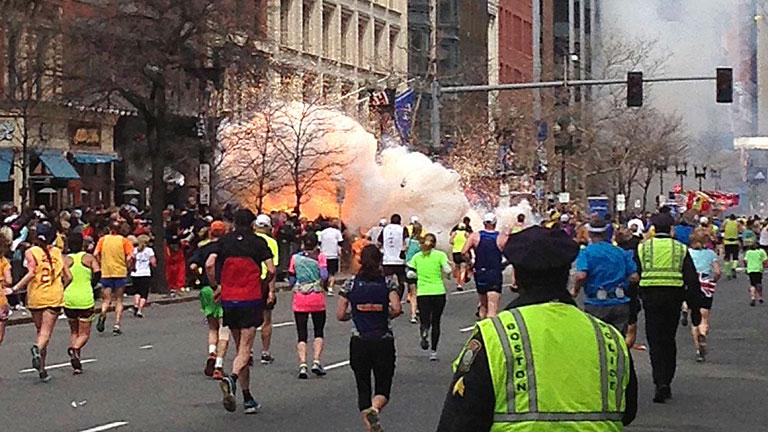 La mañana del 15 de abril del 2013 el pánico se apoderó de los asistentes a la maratón de Boston, dos bombas estallaron matando a tres personas. (Foto Prensa Libre: Hemeroteca PL).
