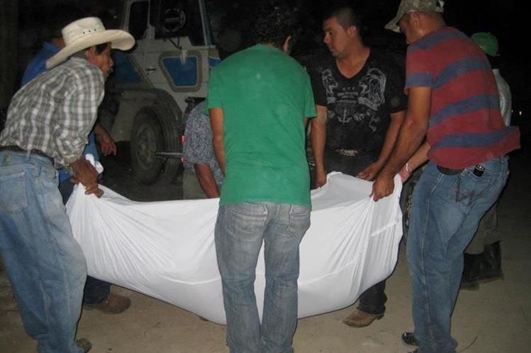 Familiares cargan cadáver baleado de propietario de hotel en Sayaxché, Petén. (Foto Prensa Libre: Rigoberto Escobar)