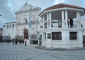 Iglesia y kiosko en el Parque Central de Tecpán. (Foto: Hemeroteca PL)