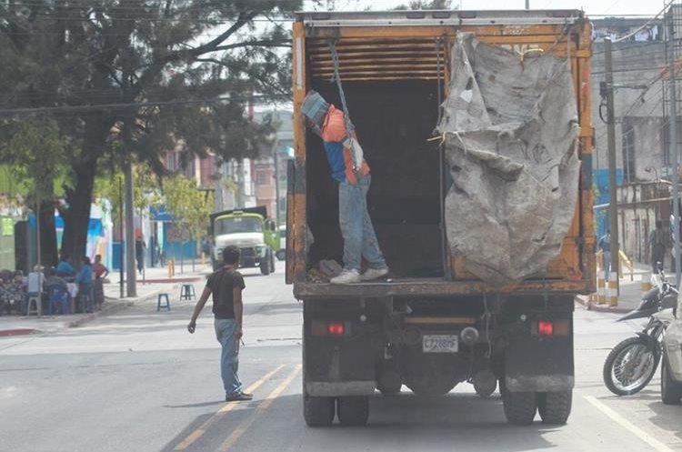 Trabajadores de una empresa que presta servicio en Mixco informaron que no son víctimas de extorsión; sin embargo, viven con temor por los constantes ataques a camiones de recolectores de basura. (Foto Prensa Libre: Estuardo Paredes)