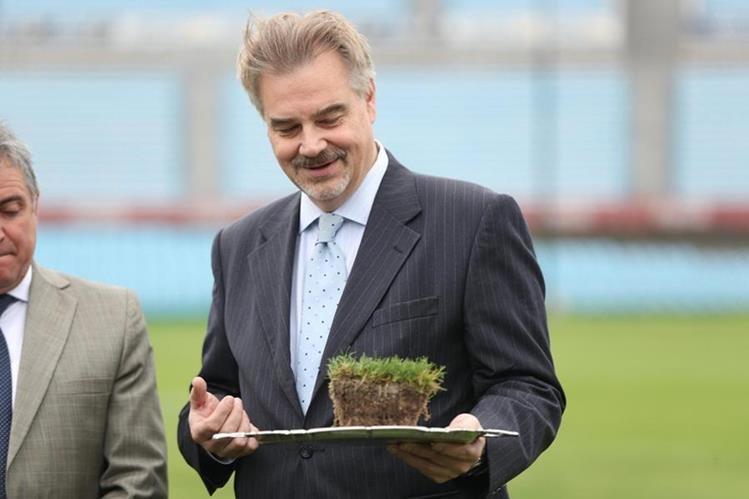 El embajador de Rusia en Uruguay, Nikolay Sofinskiy, participó en el acto de traslado del césped del Estadio Centenario, primer estadio mundialista y Monumento Histórico declarado por la Fifa. (Foto Prensa Libre: EFE)