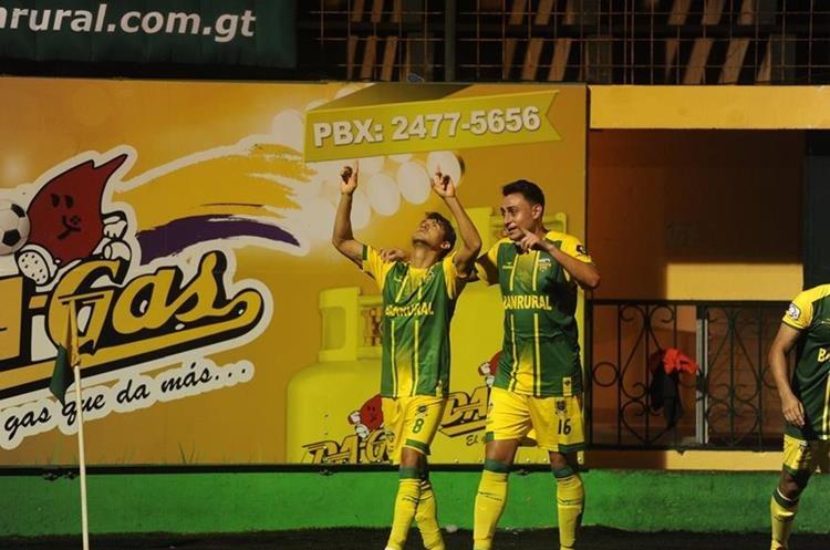 Alex Pérez celebra el segundo gol de Deportivo Petapa. (Foto Prensa Libre: Edwin Fajardo)