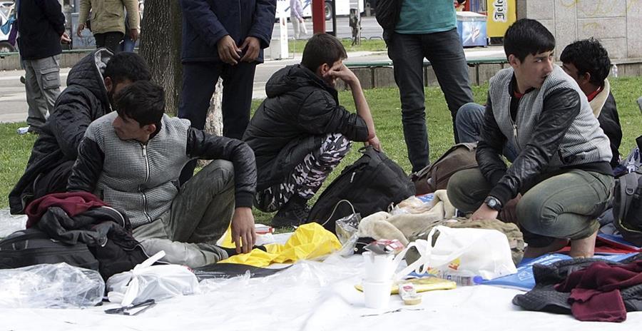 Inmigrantes comen en un parque de Belgrado, Serbia. Muchos de ellos buscan llegar a Inglaterra. (Foto Prensa LIbre: EFE).