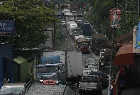 Automovilistas se quejan de los constantes embotellamientos en el trayecto a México.
