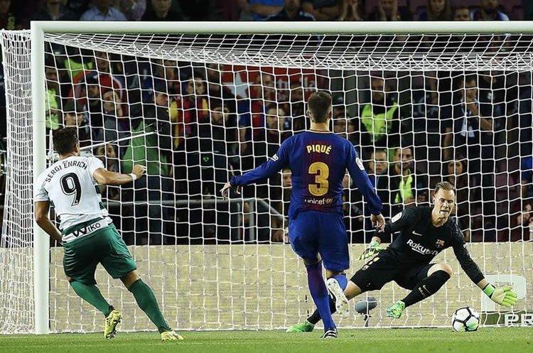 El portero Ter Stegen salvó un mano a mano en el primer minuto del partido contra Sergi Enrich.