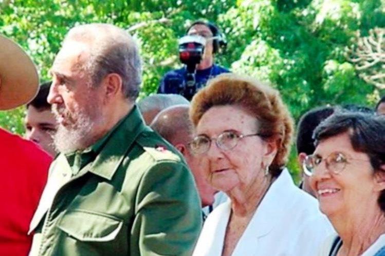 En la foto, Fidel Castro, junto a sus hemanas, Angelina (centro) y Agustina (derecha). (Foto toma de Internet)