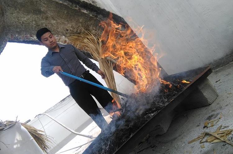 Los ramos del Domingo de Ramos del año anterior, ya marchitos son quemados para originar la ceniza.