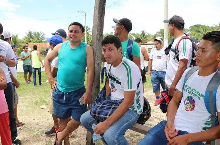El portero Carlos René Eguizabal (sentado) y otros jugadores del Deportivo Las Flores. (Foto Prensa Libre: Rigoberto Escobar)
