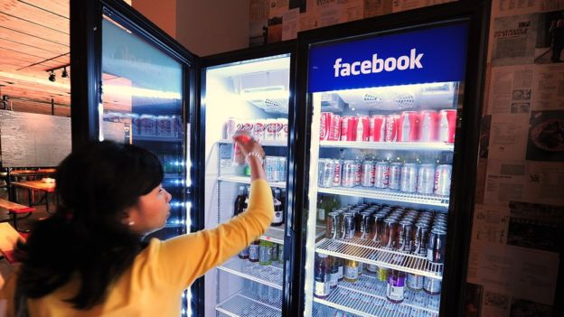 La red social Facebook también aparece entre las empresas que más interesa a los profesionales. (GETTY IMAGES)