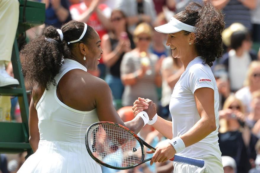 Serena Williams y la suiza Amra Sadikovic se dan la mano al terminar el juego. (Foto Prensa Libre: AFP)