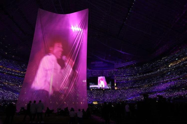 Imagen de Prince, durante el intermedio del Super Bowl. (Foto Prensa Libre, AFP).