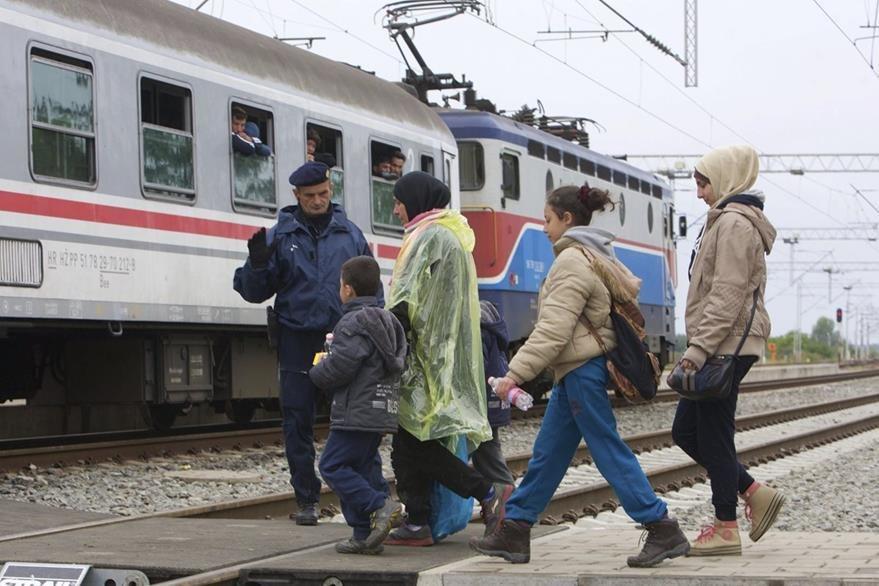 Los refugiados entran en el este de Croacia desde Serbia. (Foto Prensa Libre: EFE).
