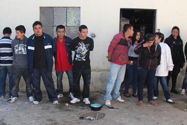 """<p>Cinco menores de edad fueron aprehendidos junto a ocho personas más, sindicados de integrar banda de sicarios en Chimaltenango. (Foto Prensa Libre: PNC)<br _mce_bogus=""""1""""></p>"""