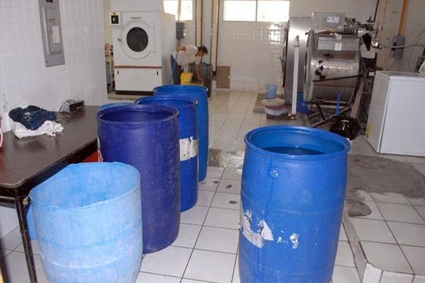 <p>Lavandería de hospital de Guastatoya usa 15 toneles diarios para lavar la ropa de los internos. (Foto Prensa Libre: Hugo Oliva) <br></p>