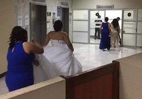 Una mujer vestida de novia busca a su prometido en Tribunales, quien fue detenido una noche antes de la boda. (Foto Prensa Libre: Cortesía)