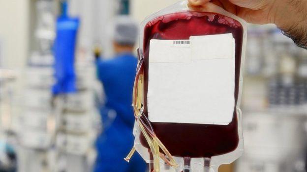 Normalmente, dice la científica, pueden pasar 10 años desde que se hace un experimento clínico hasta que se implementa el uso de un medicamento en humanos. BOLSA DE SANGRE