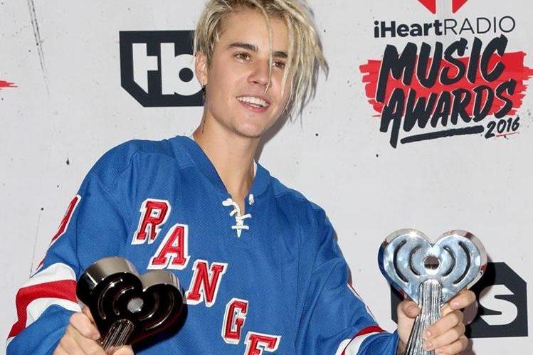 Justin Bieber llegó a la entrega de los ¡HeartRadio Music Awards y mostró su nuevo look. (Foto Prensa Libre: AFP)