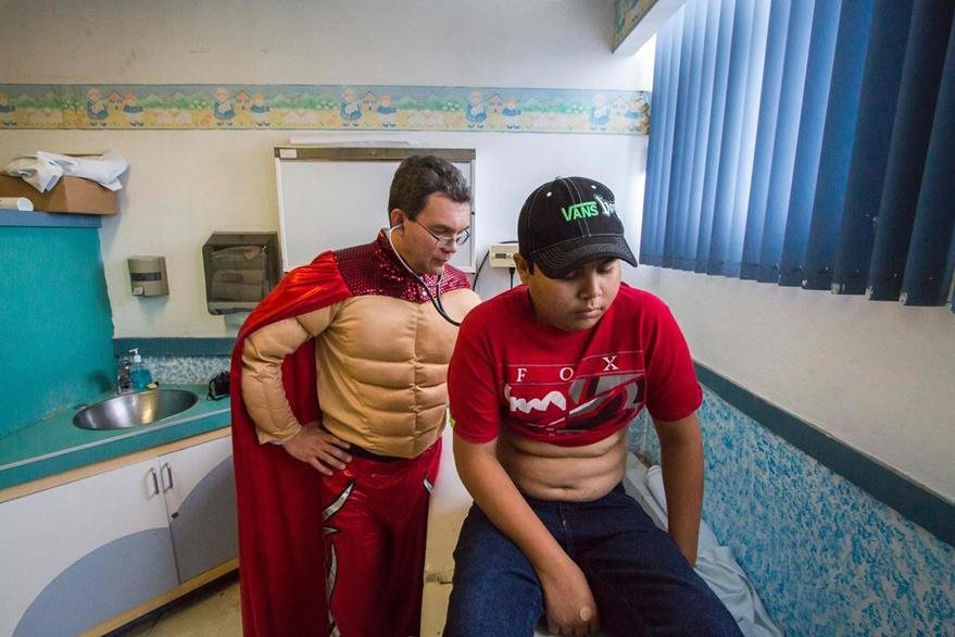 Los pacientes del galeno acuden entusiasmados a la consulta. (Foto Prensa Libre: AFP).