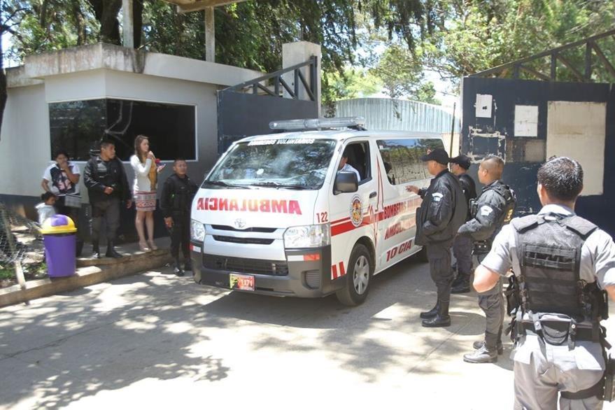 Bomberos Voluntarios atienden y trasladan a un reo herido a un centro asistencial, herido durante motín en Pavón. (Foto Prensa Libre: Érick Ávila)