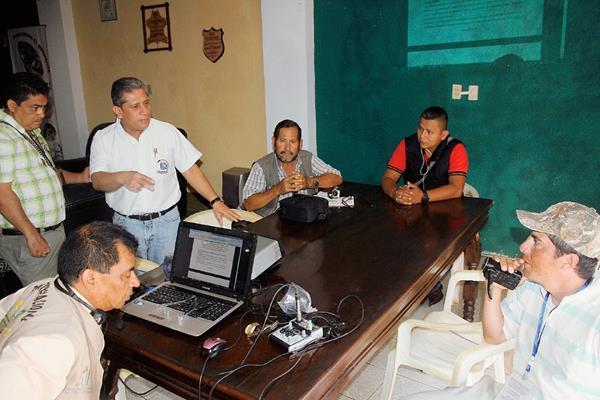 Periodistas de  Jutiapa se reúnen  con el auxiliar de la PDH, para manifestar su inconformidad por una agresión en contra de uno de ellos. (Foto Prensa Libre: Óscar González)