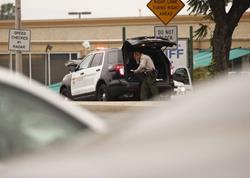 Autoridades de Los Ángeles, California, EE. UU., investigan un tiroteo en el estacionamiento de la estación de la policía, que dejó un hombre muerto. (Foto Prensa Libre: AP)