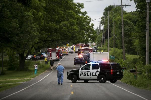 La Policía y equipos de rescate asisten a la escena del accidente en Copper Township. (AP).