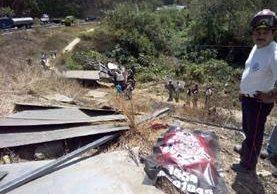 En el camión viajaban cuatro personas. (Foto Prensa Libre: Víctor Chamalé)
