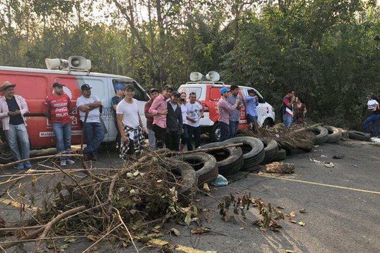 Los pobladores bloquearon la ruta porque están sin energía eléctrica desde hace más de 33 días. (Foto Prensa Libre: Whitmer Barrera)