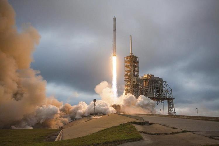 El Falcon 9 logró un impresionante aterrizaje vertical en Cabo Cañaveral tras realizar una misión. (Foto Prensa Libre: Internet)