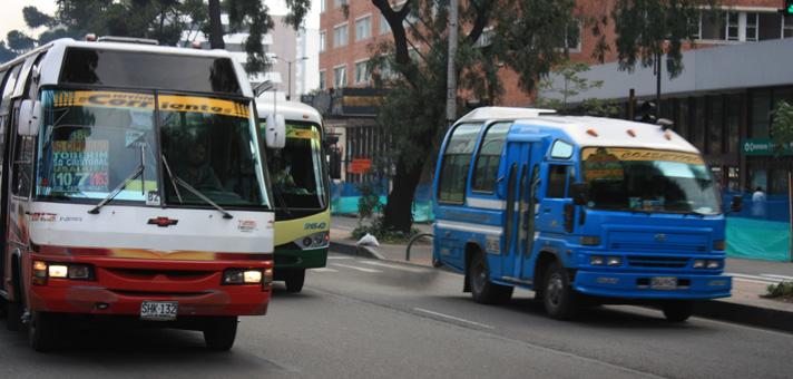 <em>Ilustración. Las primeras pistas revelan que la conductora del autobús público en Bogotá fue abusada sexualmente por al menos tres individuos que abordaron el vehículo cuando este recorría sin pasajeros su ruta habitual. (Foto Prensa Libre: lasillavacia.com).</em>