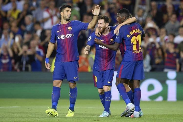Lionel Messi festeja con sus compañeros de fórmula Luis Suárez y Ousmane Dembélé, luego de marcar un doblete a la Juventus. (Foto Prensa Libre: AFP)