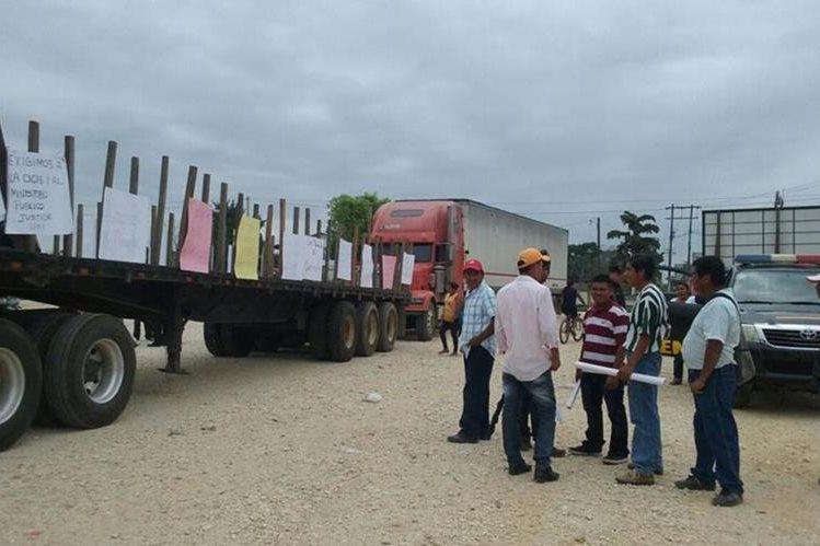 Algunos de los campesinos que protestan frente a la comuna de Las Cruces. (Foto Prensa Libre: Rigoberto Escobar).