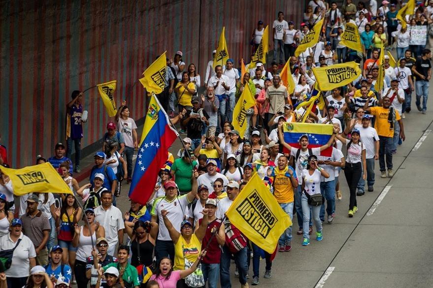 Los manifestantes piden a la autoridad electoral que agilice el procedimiento para revocar el mandato de Nicolás Maduro. (Foto Prensa Libre: EFE).