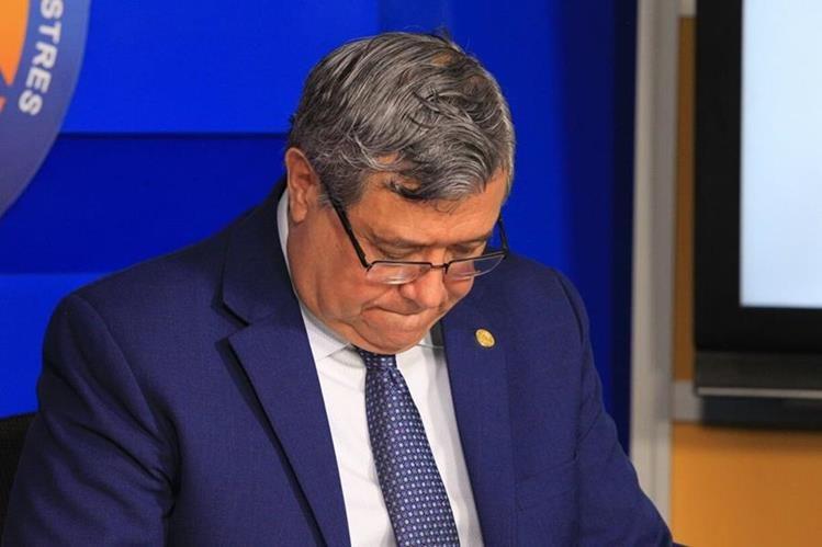 El presidente en funciones, Jafeth Cabrera, anuncia la derogación del estado de Prevención. (Foto Prensa Libre: Esbin García)
