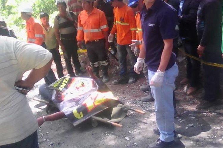 Socorristas cubren con una manta el cuerpo de Herbert Humberto López de 38 años. (Foto Prensa Libre: Óscar Figueroa)
