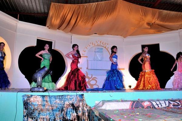 <p>Elisa del Rocío Cáceres Ajbal, con vestido rojo, es electa nueva Reina de la Feria. La acompañan las demás participantes. (Foto Prensa Libre: Carlos Grave)<br></p>