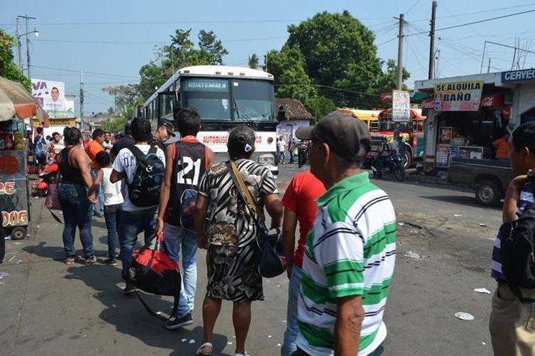 Veraneantes esperan abordar autobús en Retalhuleu, luego de haber disfrutado del asueto de Semana Santa en esa localidad. (Foto Prensa Libre: Jorge Tizol)
