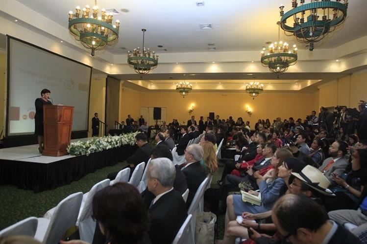 A la presentación de resultados de las mesas de diálogo acudieron diferentes sectores de la sociedad. (Foto Prensa Libre: Edwin Bercián)