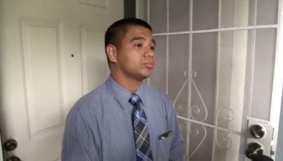 El Pastor Roger Jiménez en la puerta de su vivienda en Sacramento. El religioso ha desatado la polémica al celebrar la masacre de Orlando y calificarla de genial. (Foto: Youtube).