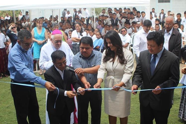 Corte de cinta del nuevo establecimiento educativo de Fundemi Talita Kumi, Carchá, Alta Verapaz. (Foto Prensa Libre: Ángel Martín Tax)