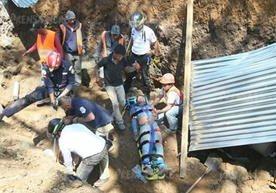 Bomberos rescatan con vida a cuatro obreros.