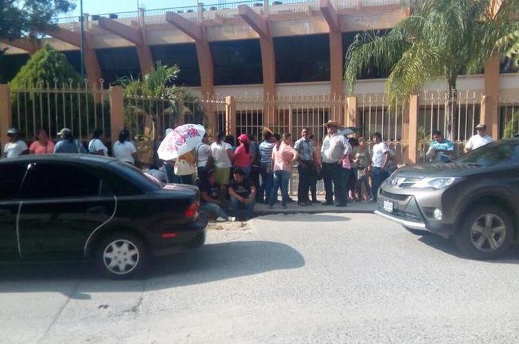 Maestros hacen plantón frente al edificio de gobernación de Zacapa.