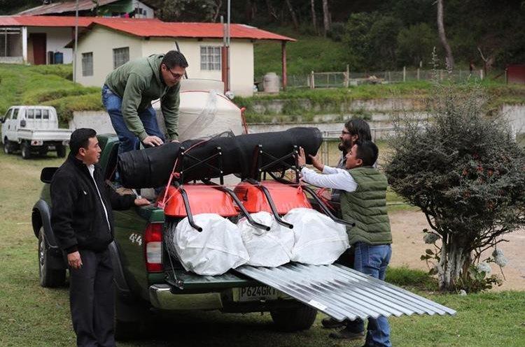 Fundaeco hizo entrega de herramientas para ampliar los viveros forestales en cinco municipalidades. (Foto Prensa Libre: Óscar Felipe Quisque)