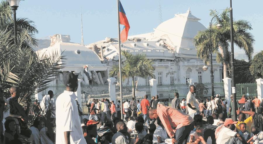 El Palacio Nacional de Haití en Puerto Príncipe fue reducido a escombros tras el terremoto del 12 de enero de 2010. (Foto: AP)
