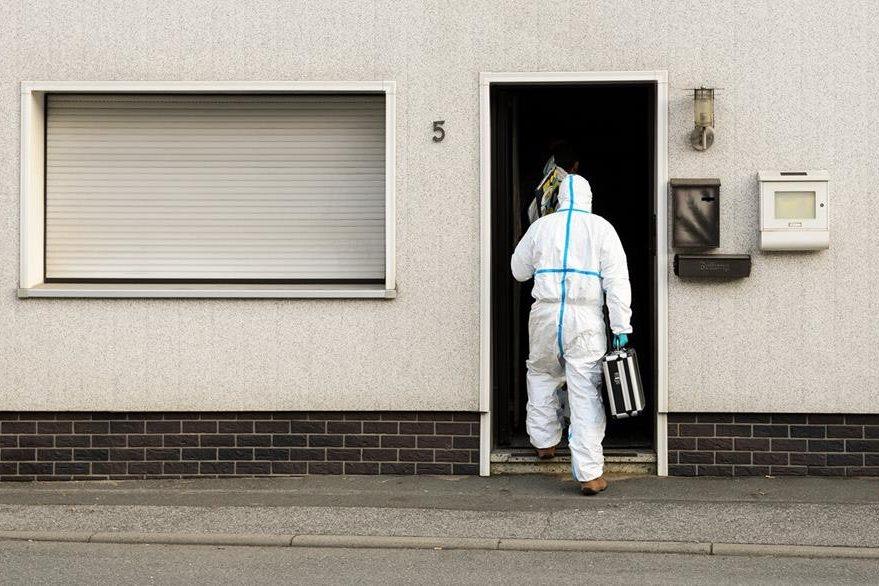 Un forense ingresa a la vivienda de Andrea Göppner, en Alemania, donde fueron hallados cadáveres de bebés. (Foto Prensa Libre: AP).