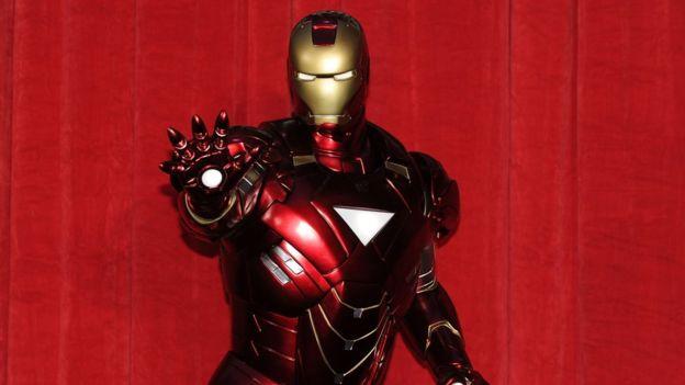 El personaje de Iron Man puede volar gracias a su traje dotado con armas de energía (GETTY IMAGES)