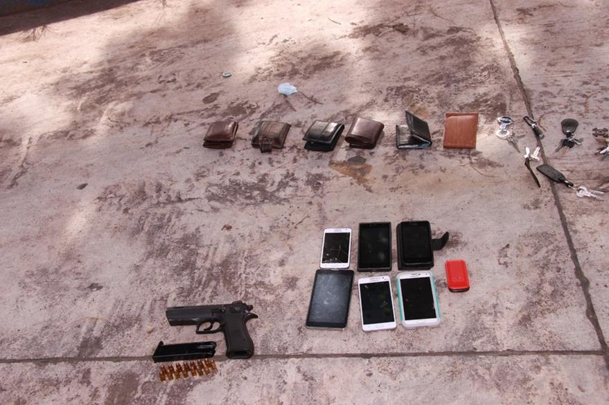 A los detenidos se les decomisó un arma de fuego con 15 cartuchos útiles, siete celulares, un automóvil y un microbús. (Foto Prensa Libre: Enrique Paredes)