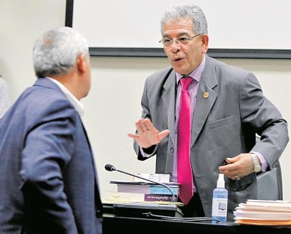 Juez Miguel Ángel Gálvez habla con Otto Pérez Molina durante una audiencia. (Foto Prensa Libre: Hemeroteca PL)
