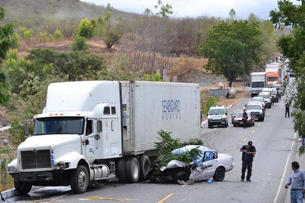 """<p>Un hombre y una mujer que viajaban en un taxi murieron al ser arrastrados por un tráiler, el carro rebasaba en la ruta cuando ocurrió el percance. (Foto Prensa Libre: Erick de la Cruz)<br _mce_bogus=""""1""""></p>"""